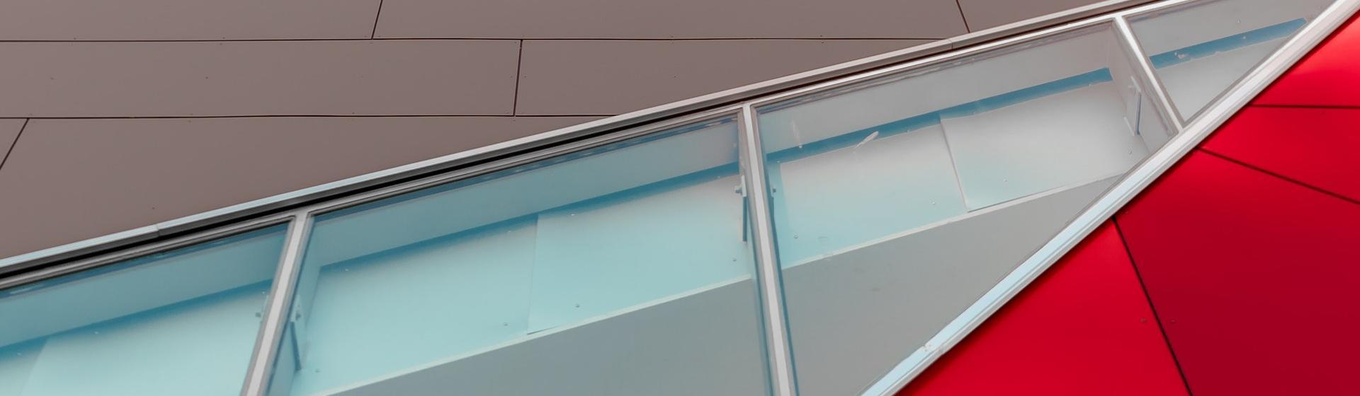 ...ugyanakkor dekoratív elem úgy a belső építészetben, mint a külső homlokzatoknál.